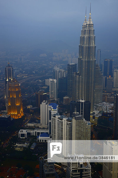 Petronas Twin Towers in der Abenddämmerung  Kuala Lumpur  Malaysia  Asien