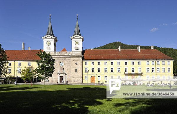 Herzoglich Bayerisches Brauhaus Tegernsee  Bräustüberl Tegernsee  ehemaliges Benediktinerkloster  Tegernsee  Oberbayern  Bayern  Deutschland  Europa