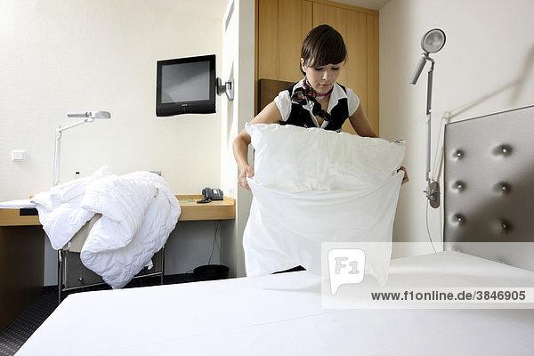 Auszubildende zur Hotelfachfrau arbeitet in einem Hotel  Zimmerservice  Essen  Nordrhein-Westfalen  Deutschland  Europa