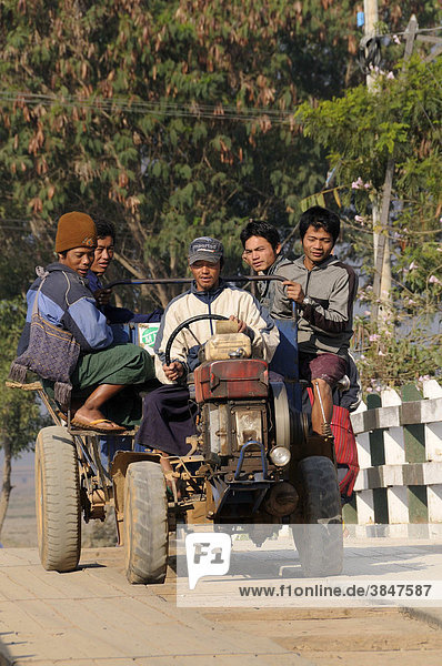 Kleintraktor mit Bauern kommen vom Feld  Nyaungshwe  Inle-See  Shan Staat  Myanmar  Birma  Burma  Südostasien  Asien