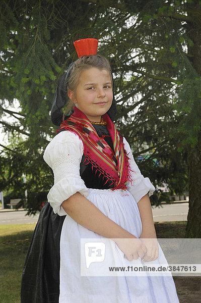 Mädchen in Schwälmer Tracht der unverheirateten Frau  Salatkirmes  Ziegenhain  Schwalmstadt  Schwalm-Eder-Kreis  Oberhessen  Hessen  Deutschland  Europa