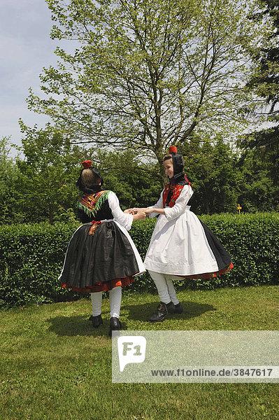 Tanzende Mädchen in Schwälmer Tracht der unverheirateten Frau  Salatkirmes  Ziegenhain  Schwalmstadt  Schwalm-Eder-Kreis  Oberhessen  Hessen  Deutschland  Europa