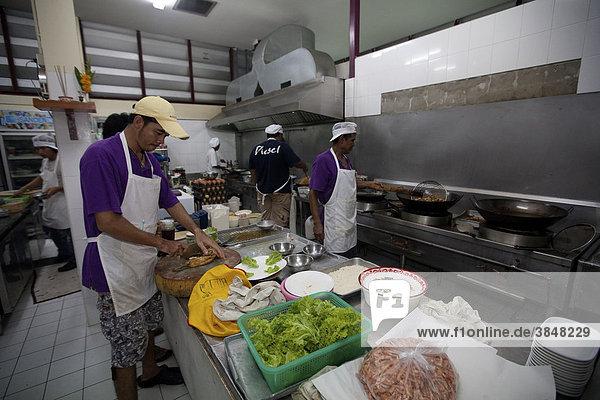 Thailändische Köche in einer Garküche in Rawai  Phuket  Thailand  Asien