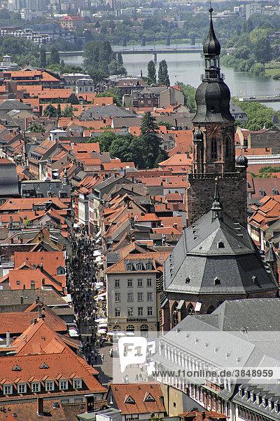 Kirchturm der Kirche des Heiligen Geistes  und der Neckar  Heidelberg  Baden-Württemberg  Deutschland  Europa