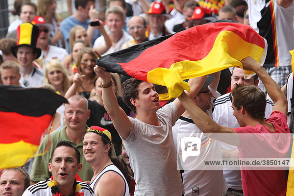 Public Viewing Fußball-WM-Viertelfinale im Biergarten am Deutschen Eck in Koblenz  Rheinland-Pfalz  Deutschland  Europa