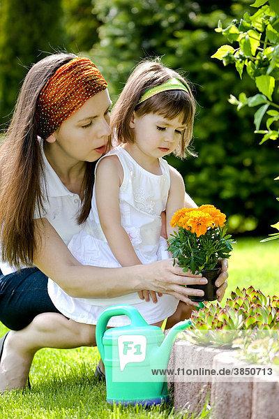 Mutter und Tochter arbeiten im Garten