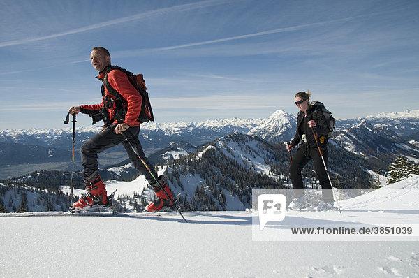 Skifahrer auf Skitour  Wörschach  Steiermark  Österreich  Europa