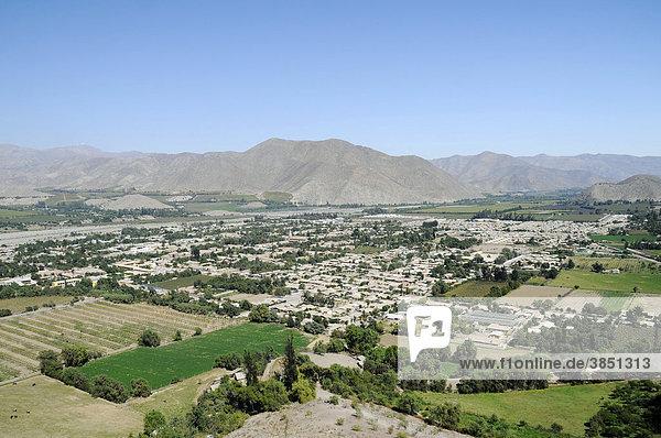 Übersicht  Stadt  Häuser  Stadtansicht  Berge  Landschaft  Vicuna  Valle d`Elqui  Elqui Tal  La Serena  Norte Chico  Nordchile  Chile  Südamerika