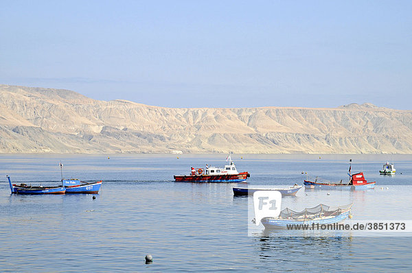 Kleine Fischerboote  Küste  Mejillones  kleiner Küstenort  Wüste  Antofagasta  Norte Grande  Nordchile  Chile  Südamerika