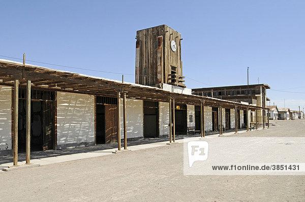 Plaza  Häuser  Straße  Uhrenturm  Humberstone  Salpeterwerke  verlassene Salpeterstadt  Geisterstadt  Wüste  Museum  Unesco Weltkulturerbe  Iquique  Norte Grande  Nordchile  Südamerika