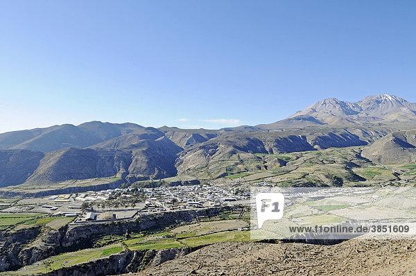 Überblick  Berge  Tal  Kleinstadt  Putre  Altiplano  Norte Grande  Nordchile  Chile  Südamerika