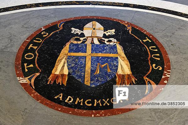 Wappen von Papst Johannes Paul II.,  Marmor Einlegearbeit,  Petersdom,  Basilica di San Pietro,  Peterskirche,  Vatikan,  Rom,  Italien,  Europa