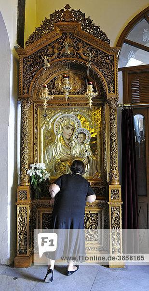 Frau betet vor Ikone  Innenansicht Kathedrale Agios Dimitrios  auch Hagios Demetrios  Thessaloniki  Chalkidiki  Makedonien  Griechenland  Europa