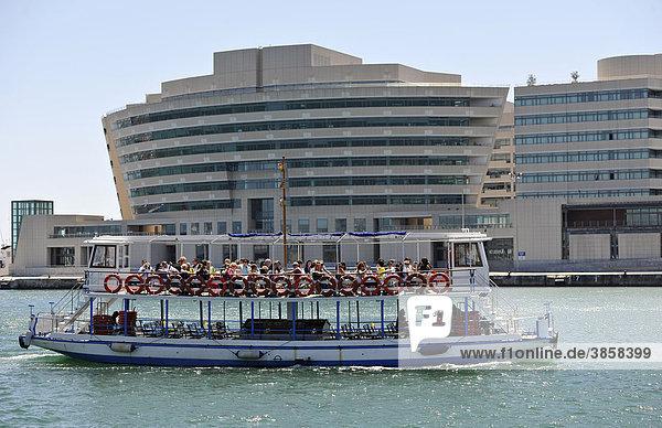 Boot  Hafenrundfahrt  Verwaltungsgebäude im neu gestalteten Teil des alten Hafens Port Vell  Barcelona  Katalonien  Spanien  Europa