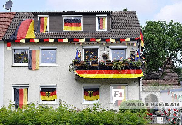Mit deutschen Flaggen geschmücktes Wohnhaus während Fußball WM 2010  Stuttgart  Baden-Württemberg  Deutschland  Europa