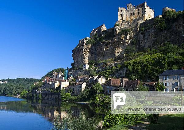 Ch'teau de Beynac  Burg Beynac  mit Blick auf das Dorf und die Dordogne  Beynac-et-Cazenac  Frankreich  Europa