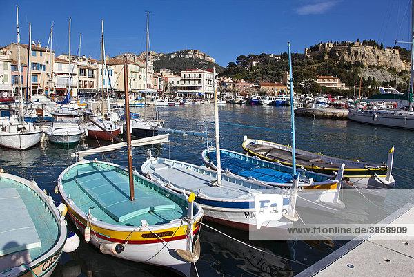 Blick auf den Hafen von Cassis mit traditionellen Booten im Vordergrund  Provence  Frankreich  Europa