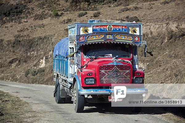 Ortsüblich dekorierter Lastwagen auf Bundesstraße  Bhutan  Südasien