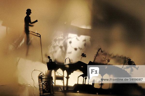 Einzelne Figur taucht in einem Schattentheater auf  geheimnisvoll  Rundgang Kunstakademie Düsseldorf  Nordrhein-Westfalen  Deutschland  Europa