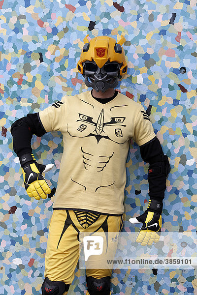 Junger Mann mit Schutzhelm im Science-Fiction-Stil und Torwart-Handschuhen  kostümiert  Cosplayer  Japantag  Düsseldorf  Nordrhein-Westfalen  Deutschland  Europa