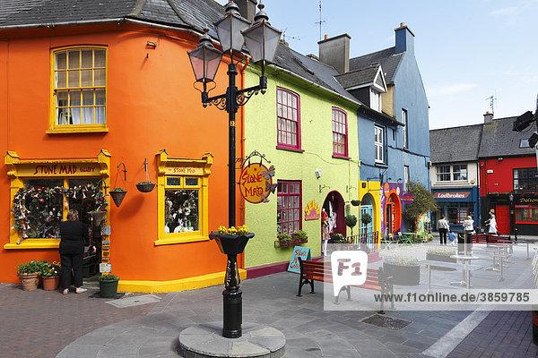 Bunte Häuser im Stadtzentrum von Kinsale  County Cork  Irland  Britische Inseln  Europa