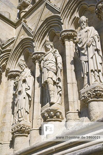 Statuen an der Fassade der Kathedrale von Salisbury  Salisbury  Wiltshire  England  Großbritannien  Europa
