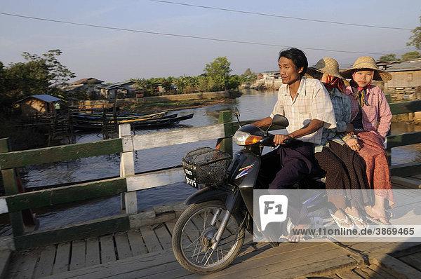 über  Abstammung  am  asiatisch  asiatische  asiatischer  asiatisches  Asien  außen  Außenaufnahme  auf  aussen  Aussenaufnahme  Aussenaufnahmen  bei  Beisitzer  beladen  beladene  beladener  beladenes  Bevölkerung  Bevölkerungen  Bevoelkerung  Bevoelkerungen  Birma  birmesisch  birmesische  birmesischer  birmesisches  Brücke  Brücken  Bruecke  Bruecken  Burma  burmesisch  burmesische  burmesischer  burmesisches  Chaung  dem  den  der  draußen  draussen  einheimisch  Einheimische  einheimische  Einheimischer  einheimischer  einheimisches  ethnisch  ethnische  ethnischer  ethnisches  ethnologisch  ethnologische  ethnologischer  ethnologisches  fährt  faehrt  fahren  fahrend  fahrende  fahrender  fahrendes  Frau  Frauen  Gewässer  Gewaesser  Hüte  Hauptkanal  Herkunft  Huete  Hut  Inle  Inle-See  Intha  Kanäle  Kanaele  Kanal  Kopfbedeckung  Kopfbedeckungen  Leute  Männer  männlich  männliche  männlicher  männliches  Maenner  maennlich  maennliche  maennlicher  maennliches  Mann  Mensch  Menschen  Minderheit  Minderheiten  mit  Moped  Mopeds  Motorräder  Motorrad  Motorradfahrer  Motorraeder  Motorroller  Myanmar  Nan  Nyaungshwe  Person  Personen  Personenbeförderung  Personenbefoerderung  Personentransport  Südostasien  See  Seen  Seite  Seitenansicht  seitlich  Shan  Staat  Strohhüte  Strohhuete  Strohhut  Suedostasien  Tag  Tage  Tageslicht  tagsüber  tagsueber  trägt  traegt  tragen  tragend  tragende  tragender  tragendes  ueber  Wasser  weiblich  weibliche  weiblicher  weibliches  zwei