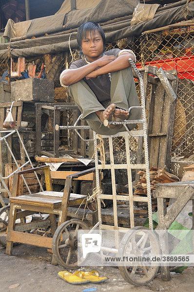 Altstadt  am  an  anbieten  anbietend  anbietende  anbietender  anbietendes  Angebot  Angebote  arm  arme  Armenviertel  armer  armes  Armut  asiatisch  asiatische  asiatischer  asiatisches  Asien  außen  Außenaufnahme  auf  aussen  Aussenaufnahme  Aussenaufnahmen  bei  Bevölkerung  Bevölkerungen  Bevoelkerung  Bevoelkerungen  bieten  bietet  Birma  birmesisch  birmesische  birmesischer  birmesisches  Burma  burmesisch  burmesische  burmesischer  burmesisches  der  Dienst  Dienstleistung  Dienstleistungen  draußen  draussen  einem  einer  einheimisch  einheimische  Einheimische  einheimischer  Einheimischer  einheimisches  Elend  Elende  Gegend  in  Junger  Leute  Männer  männlich  männliche  männlicher  männliches  Maenner  maennlich  maennliche  maennlicher  maennliches  Mann  Markt  Mensch  Menschen  Myanmar  Person  Personen  Rangun  Südostasien  Sackkarre  Sackkarren  seinen  sitzt  Slum  Slums  soziale  soziales  Stadtteil  Stadtteile  Stadtviertel  Suedostasien  Tag  Tage  Tageslicht  tagsüber  tagsueber  Transport  Transporte  Transportmittel  und  Viertel  vor  Yangon