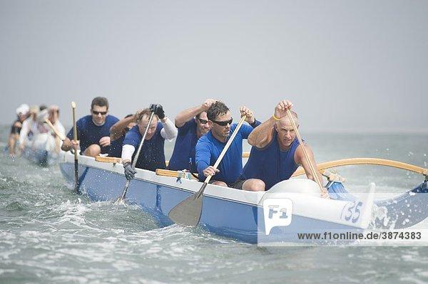 Outrigger Kanu Team am Wasser