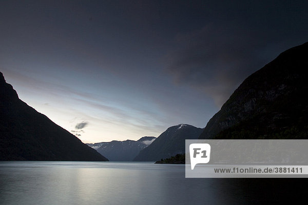 Ausblick auf den Anfang des Sunnylvsfjord von Hellesylt aus nach Mitternacht  Norwegen  Skandinavien  Europa
