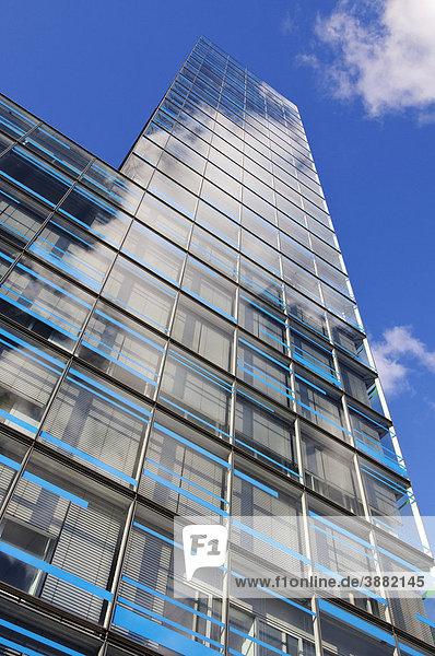 Spiegelnde Glassfassade der Hamburger IBM Niederlassung  Berliner Tor Centrum BTC  Hamburg  Deutschland  Europa