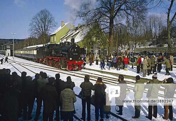Dampfzug Ausflug von Münster mit P8 Klasse Lok Nr. 38 1772 in Warstein  Nordrhein-Westfalen  Deutschland  Europa