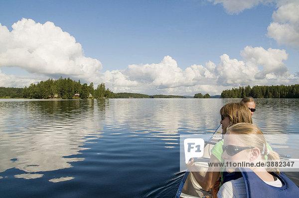 Familie beim Paddeln in Schweden  Skandinavien  Europa