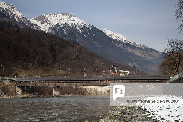 Hans-Pfenner-Steg  Holzbrücke über dem Inn  Innufer  Karwendelgebirge  Landeshauptstadt Innsbruck  Tirol  Österreich  Europa