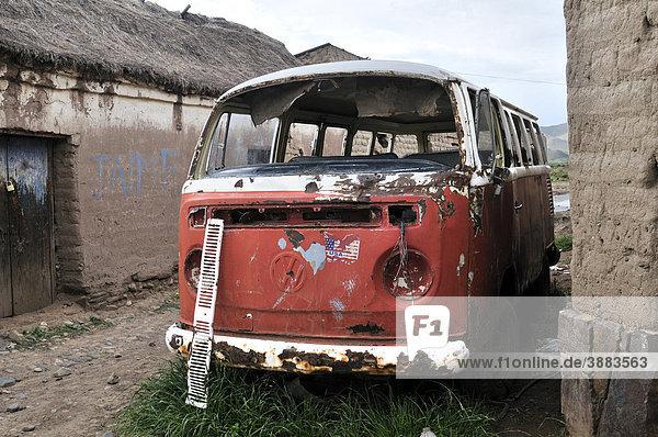 Alter roter VW-Bus  Schrottauto  Bolivianisches Hochland Altiplano  Departamento Oruro  Bolivien  Südamerika Alter roter VW-Bus, Schrottauto, Bolivianisches Hochland Altiplano, Departamento Oruro, Bolivien, Südamerika