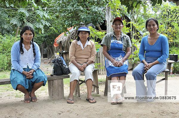 Vier Frauen auf einer Bank  Gemeinde Santa Rosa de Roca  Chiquitania  Departamento Santa Cruz  Bolivien  Südamerika