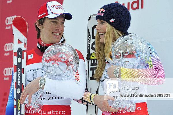 Carlo Janka und Lindsey Vonn mit Gesamtweltcup Kristallkugeln  Siegerehrung  FIS-Weltcupfinale  2010  Garmisch-Partenkirchen  Bayern  Deutschland  Europa