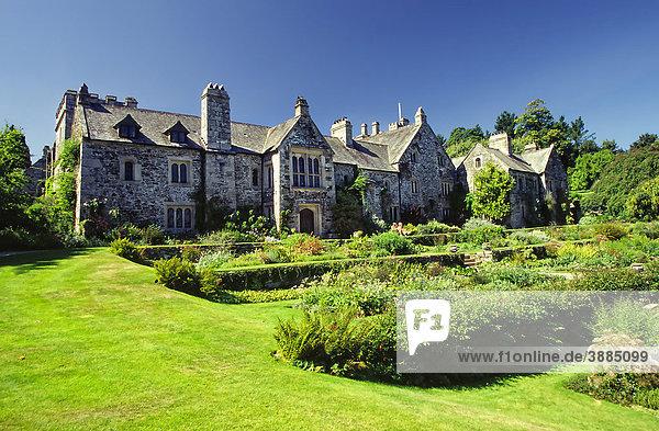 Herrenhaus im Park  Cotohele  Cornwall  England  Großbritannien  Europa