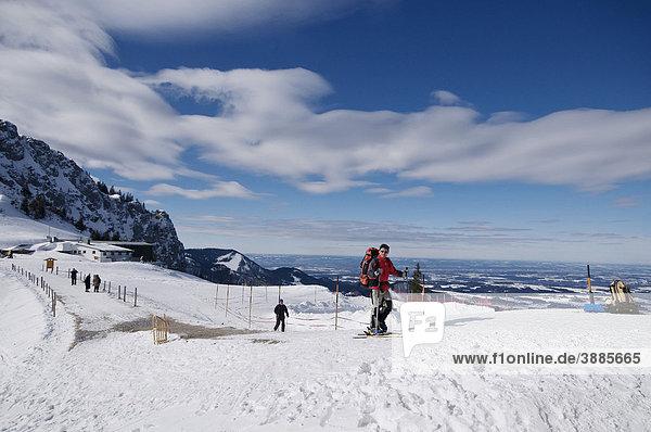 Wintersportler von der Bergstation Kampenwandbahn auf dem Weg zur Sonnen-Alm,  Aschau im Chiemgau,  Bayern,  Deutschland,  Europa