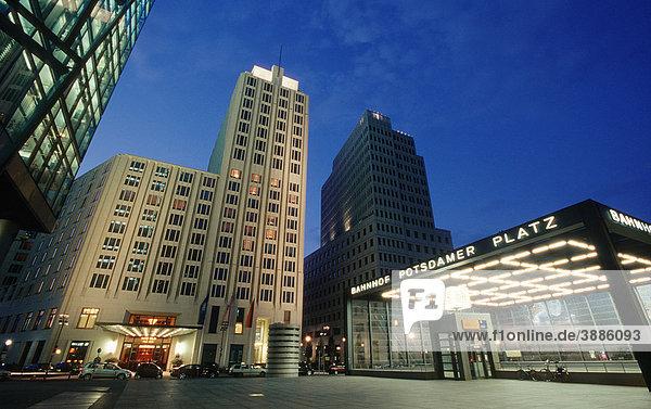 Hochhäuser am Potsdamer Platz  Sony Center  DB Tower und Beisheim Center mit Ritz Carlton Hotel  Berlin Tiergarten  Berlin  Deutschland  Europa