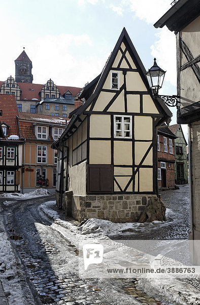 Romantic alley in the historic centre  narrow half-timbered house  winter  Finkenherd  Quedlinburg  Harz  Saxony-Anhalt  Germany  Europe Romantic alley in the historic centre, narrow half-timbered house, winter, Finkenherd, Quedlinburg, Harz, Saxony-Anhalt, Germany, Europe