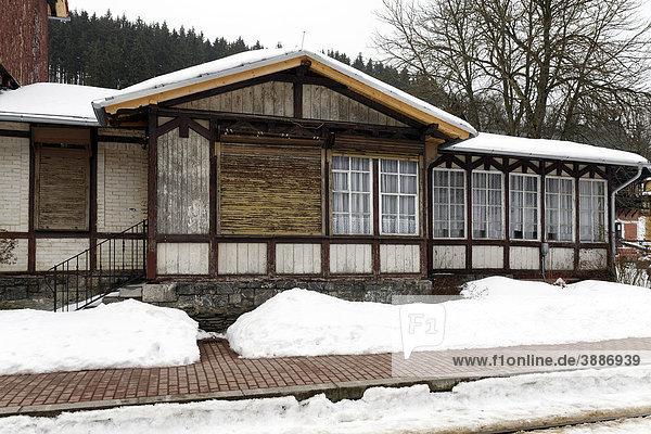 Ehemalige Gaststätte am Bahnhof Alexisbad  sanierungsbedürftig  Winter  Selketalbahn  Harzgerode  Harz  Sachsen-Anhalt  Deutschland  Europa