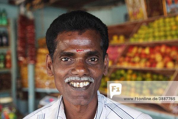 Verkäufer in Obstgeschäft  Kumily  Kerala  Südindien  Indien  Südasien  Asien