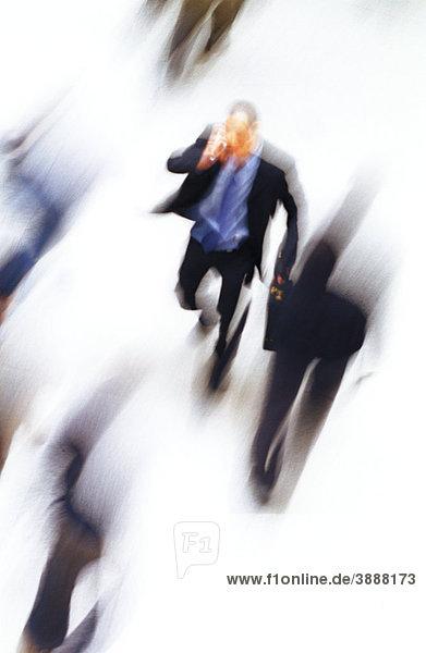 Geschäftsmann beim Gehen  Telefonieren  hoher Blickwinkel  unscharf