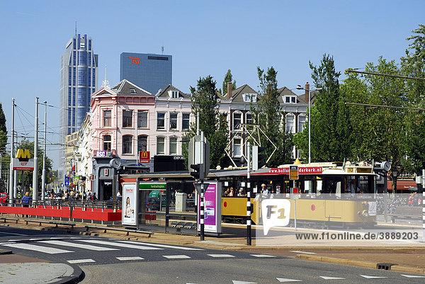 Straßenbahn Haltestelle Eendrachtsplein  dahinter der Millenium Tower und das Gebäude Delftse Poort  Rotterdam  Zuid-Holland  Süd-Holland  Niederlande  Europa
