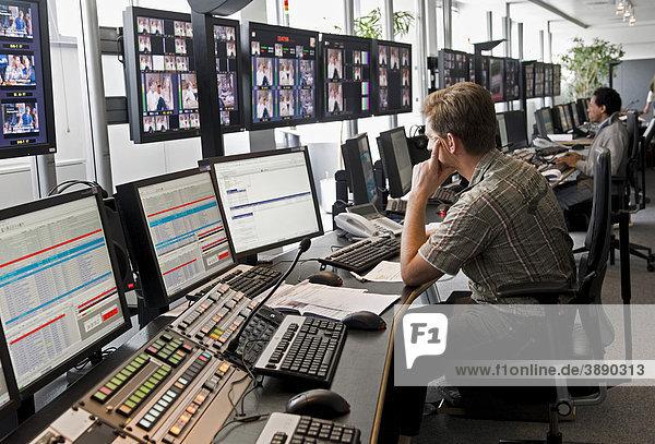 Techniker im Playout Center der ProSiebenSat.1 Media AG  hier werden die Inhalte der Sendergruppe gesendet  die bandlos auf einem zentralen Server im Hause gespeichert sind  Sendezentrum  Unterföhring  Bayern  Deutschland  Europa