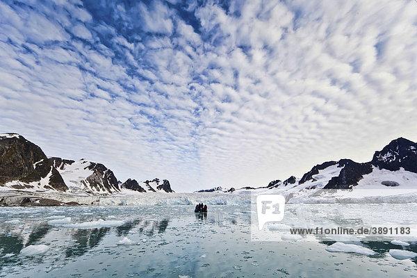 Eis  Fjord  Zodiac  Schlauchboot im Fuglefjord vor Gletscher  Svalbard  Spitzbergen  Norwegen