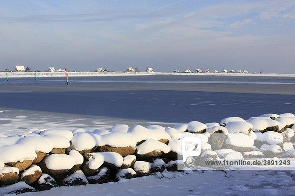 Ferienhäuser auf der Halbinsel Graswarder in Heiligenhafen an der Ostseeküste im Winter  Kreis Ostholstein  Schleswig-Holstein  Ostsee  Deutschland  Europa