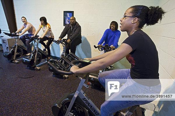 Trimmgeräte in einem umweltfreundlichen Fitnessstudio des Obdachlosenheims Cass Community Social Services  in dem die durch das Treten von Standrädern gewonnene Elektrizität direkt in das Stromnetz eingespeist wird  Detroit  Michigan  USA