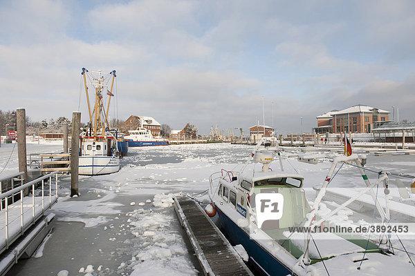 Der Hafen des Hauptortes Wyk ist in einem kalten Winter fast vollständig zugefroren  Nordsee-Insel Föhr  Nationalpark Schleswig-Holsteinisches Wattenmeer  Nordfriesische Inseln  Schleswig Holstein  Norddeutschland  Europa